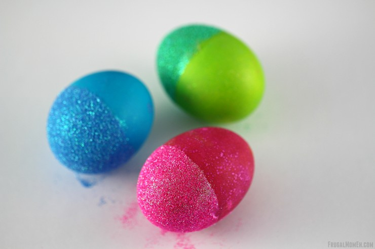 These Glitter Dipped Easter Eggs are a fun easter decorating projecting.  I love how gorgeous these Easter Eggs turned out!
