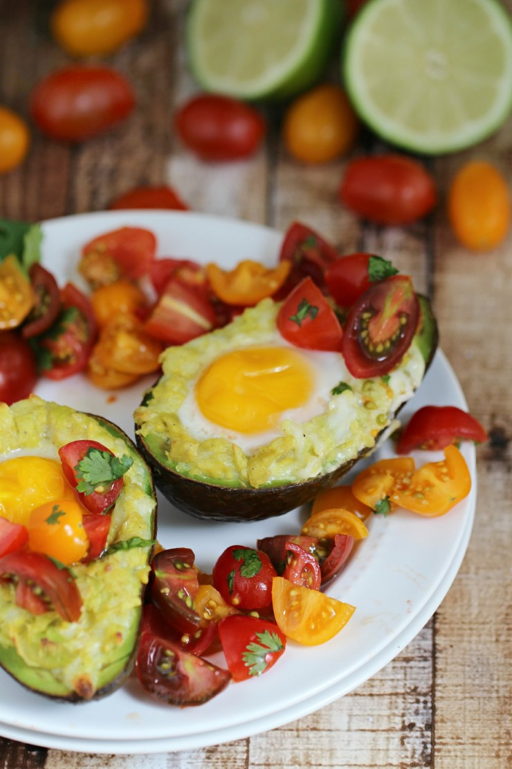 Mexican-Grilled-Avocado-Eggs-with-Fresh-Tomato-Salsa