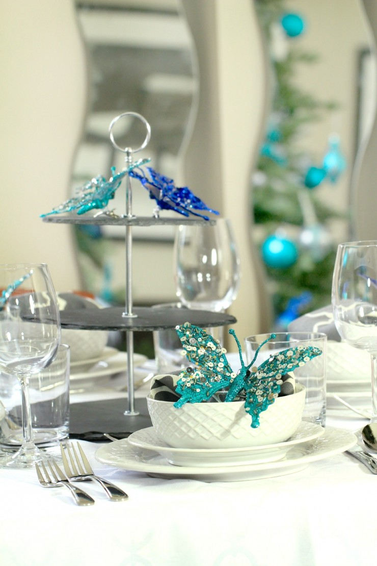 Arctic Teal Christmas Decoration Ideas - Teal Christmas Tablescape Setting