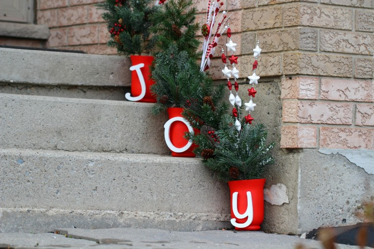 This Joy Outdoor Christmas Display is easy to customise and is a cheery way to bright up your outdoor Chirstmas decor!
