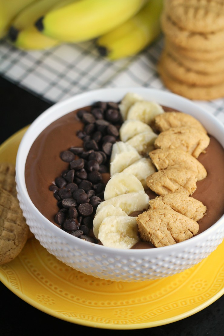 This Peanut Butter Cup Smoothie Bowl recipe is a healthy dessert option that is full of flavour and fun!
