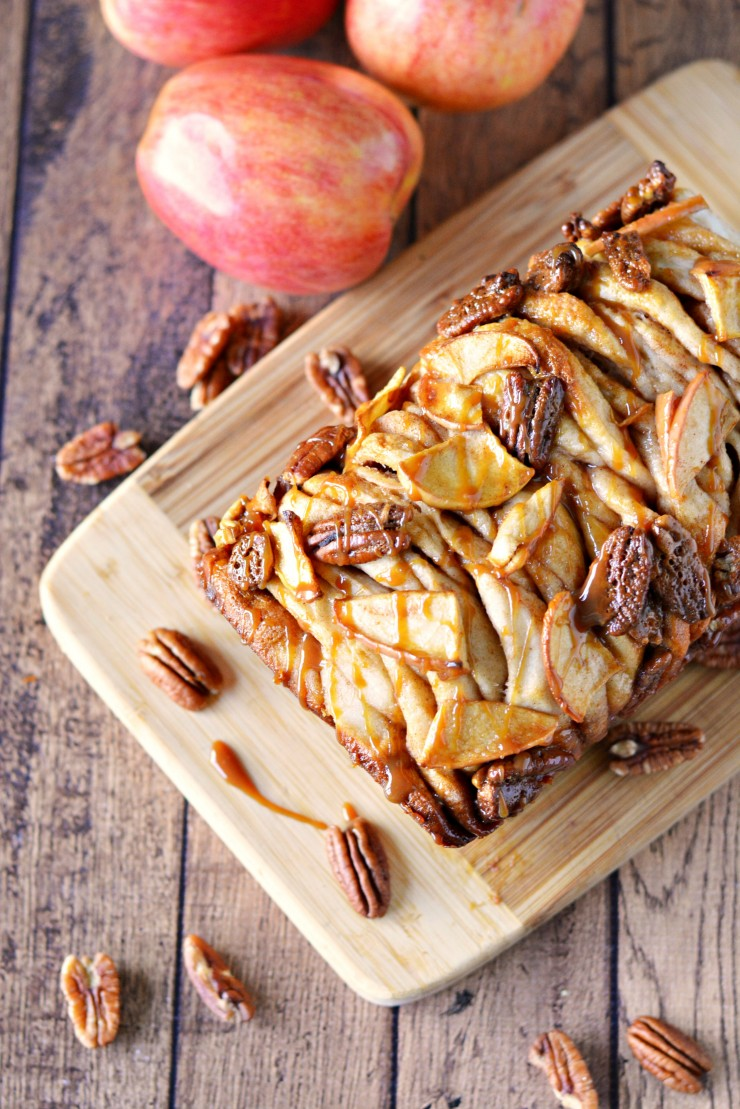 This Apple Pecan Monkey Bread is a delicious autumn treat featuring my favourite combo - apples and caramel! Try serving for Thanksgiving dessert!