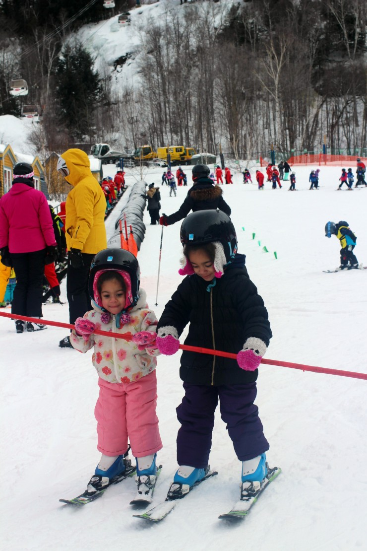 girls-skiing