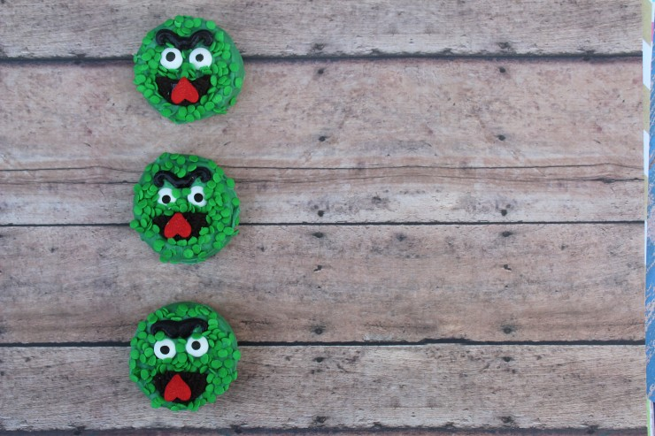 These Oscar The Grouch Oreos are a fun treat for any little Sesame Street fan. They also make a great addition to any Sesame Street Birthday Party!