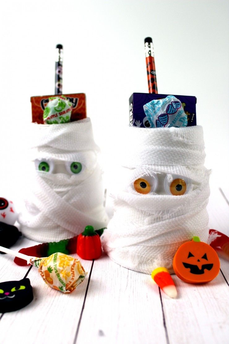 This Mummy Halloween Treat Cups kids craft is a great way to celebrate the holiday - they are a fun little Halloween craft kids will enjoy being creative with. They are great for Halloween party favours!