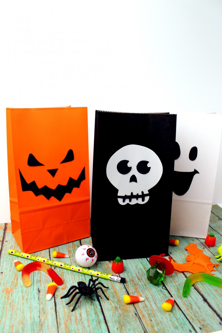 These Halloween Treat Bags are a fun Halloween craft for kids or parents - a fun way to present class Halloween treats or as Halloween party loot bags! Super simple and with free printable templates, these bags are a breeze to put together!