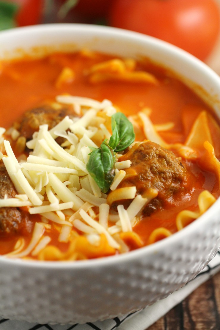 This Lasagna soup is the ultimate in comfort food. It has all the cheesy-meaty goodness of lasagna with tender pieces of lasagna and a delicious tomato base that delivers all the flavours of lasagna without all the fuss.