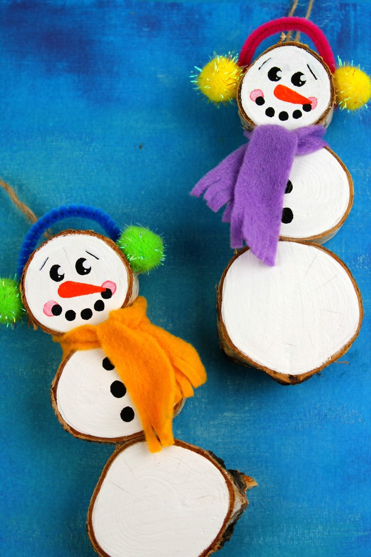 These Wood Slice  Snowmen Ornaments are an adorable and festive holiday craft that make for great keepsake gifts that look great on a Christmas tree.  We had so much fun making these Christmas ornaments!