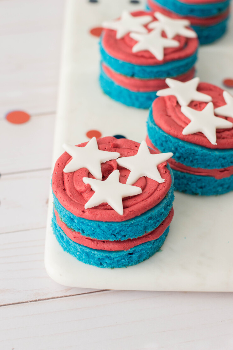 Celebrate American Independence with these adorable 4th of July Mini Cakes!
