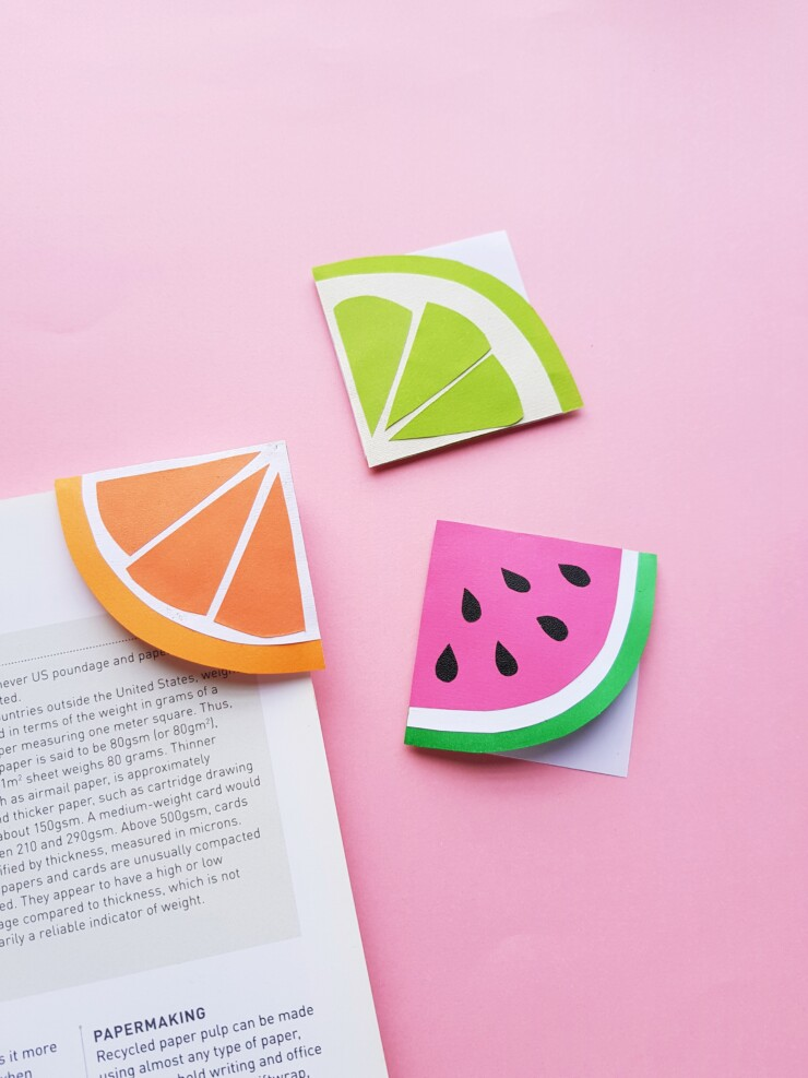 This easy summer paper craft for fruit slice corner bookmarks is so much fun! These sweet DIY bookmarks are perfect for summer reading.