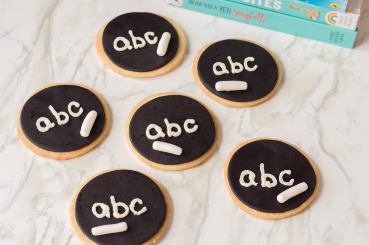 These adorable Chalkboard Sugar Cookies make for a fun back to school treat! Tuck them into lunch bags or gift some to your favourite teacher.