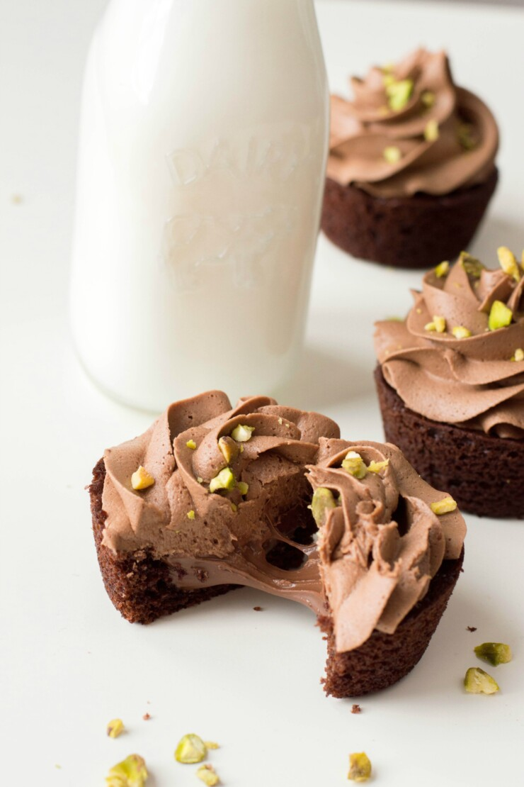 Adictively delicious, these Hazelnut Chocolate Cupcakes with Pistachio Chocolate Buttercream are a serious hazelnut and chocolate lovers dream!