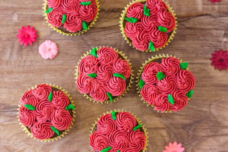 These Red Rose Cupcakes are easy to decorate cupcakes, perfect for garden parties, valentines day or just to show someone you care.