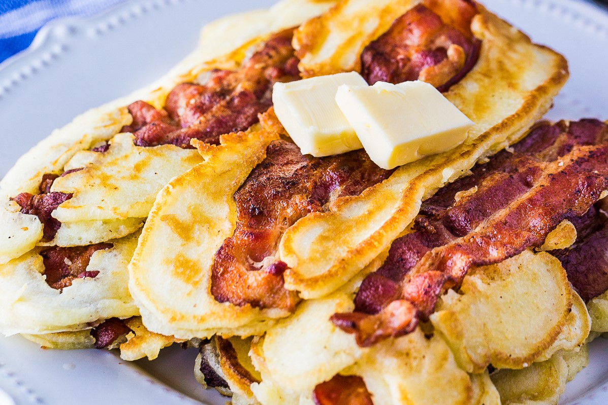 Fluffy, sweet and salty bacon pancakes. This bacon pancake recipe is great for breakfast on a lazy weekend for the family!